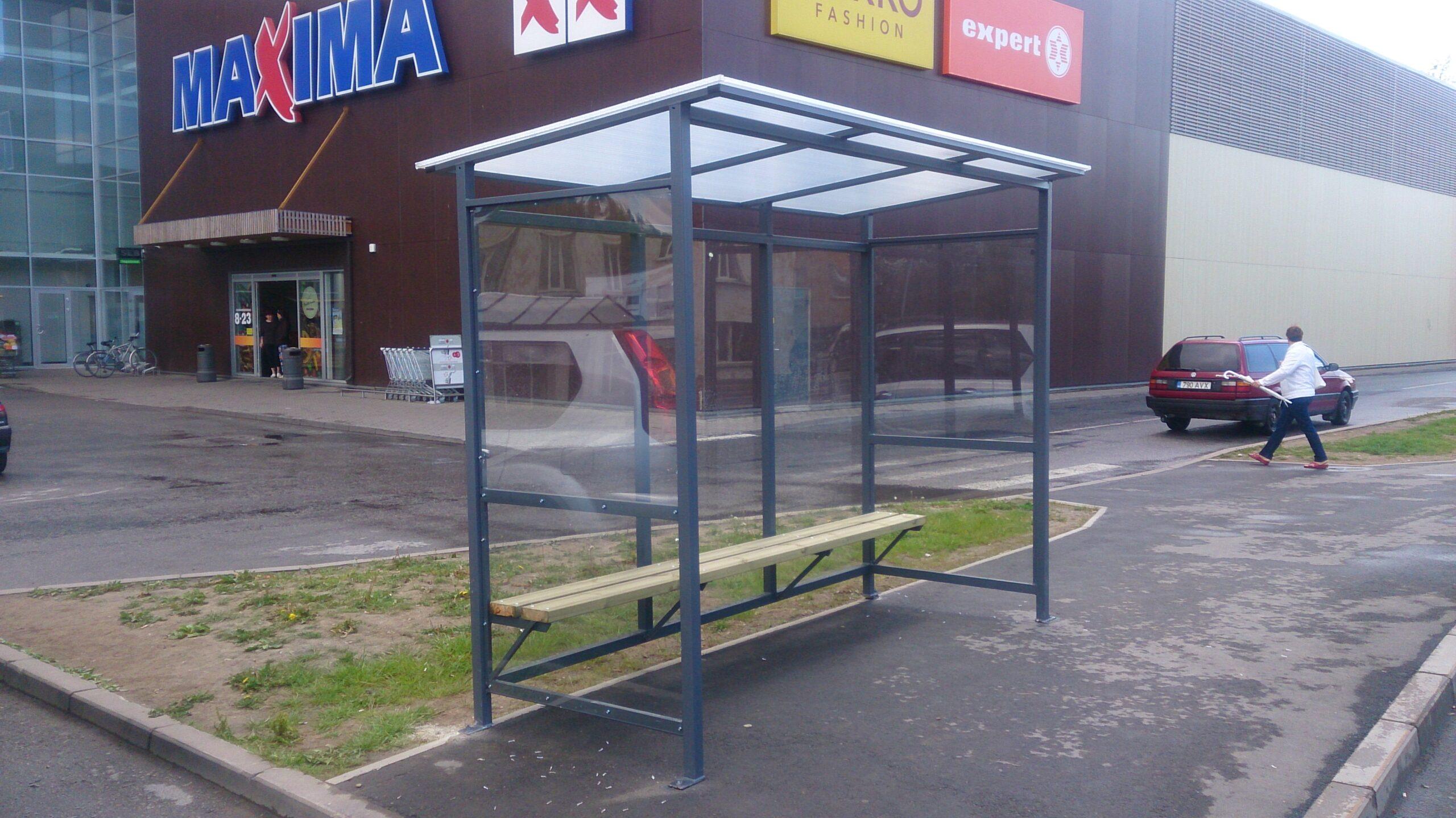 Bussipaviljon Maxima juures